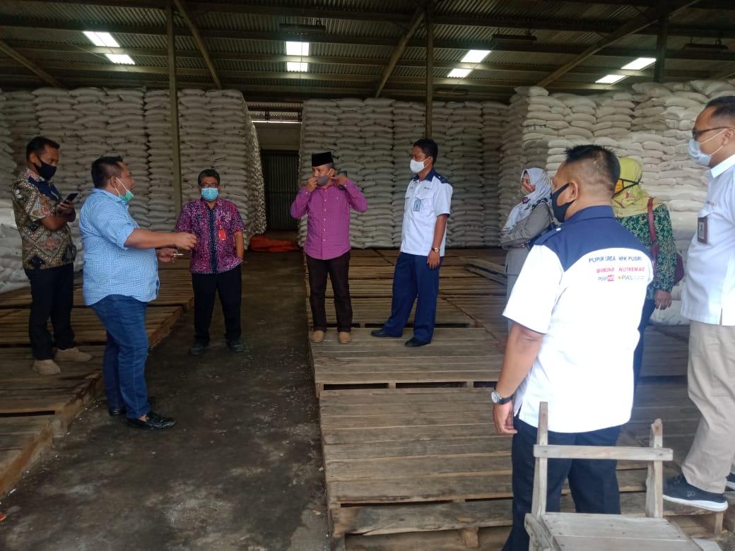 Pastikan Stok Pupuk Bersubsidi Aman, Plt Kadinas Pertanian dan Komisi B lakukan Monitoring di Gudang Pupuk